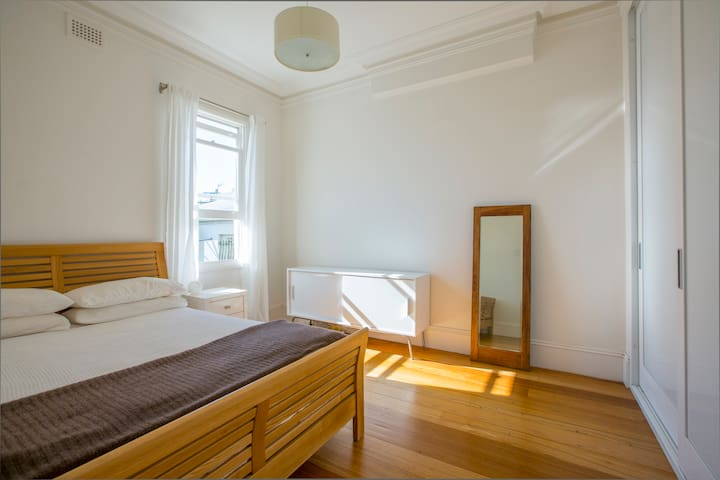 Private Room Close to the City - Redfern - Huis