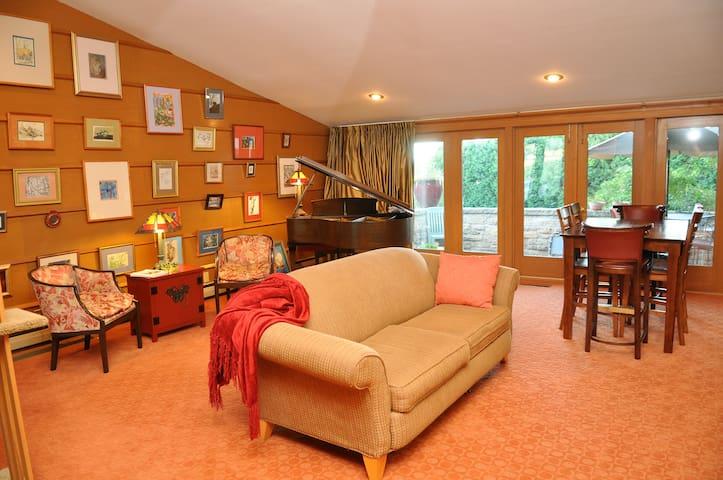 Frank Lloyd Wright design home - Beaver Dam - Bed & Breakfast
