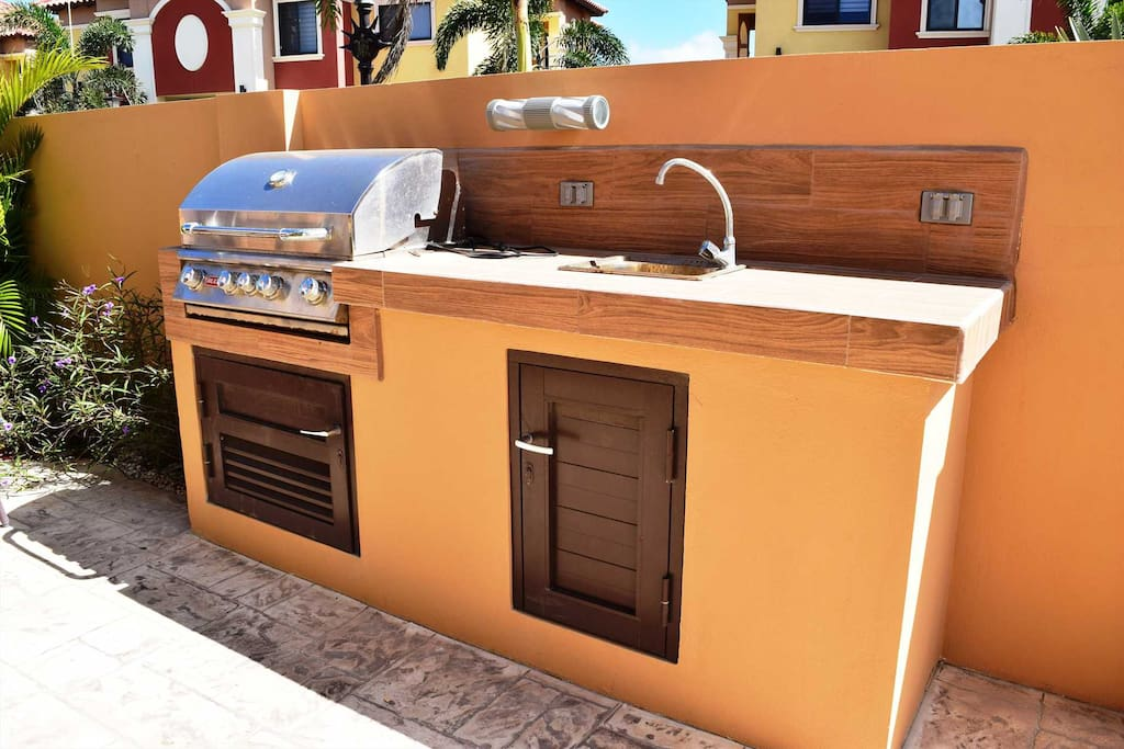 Outdoor kitchen with large BBQ-grill