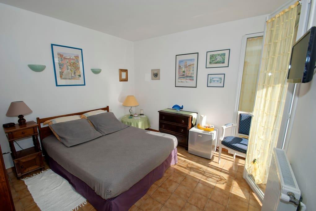 Une chambre lumineuse avec tout le confort.