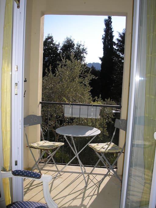 Le balcon de la chambre avec vue sur les oliviers.