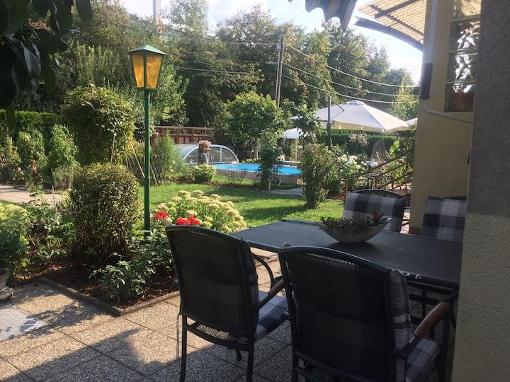 Häuschen im idyllischen Gartenparadies