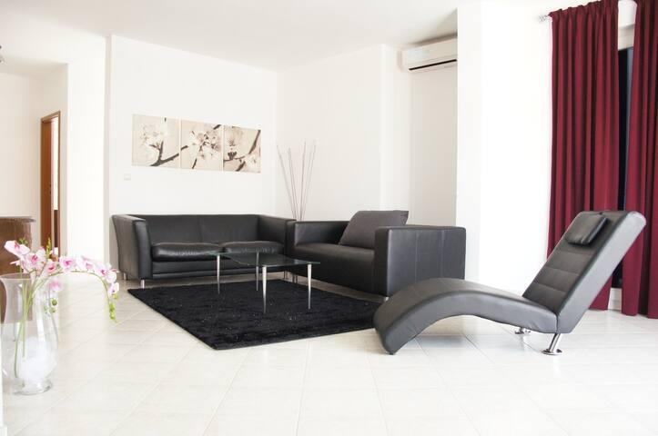 Big 3 Bedroom flat *20m from Beach* - Mastrinka