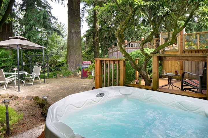 Snuggle Up in the Owl Forest Studio. Hot Tub