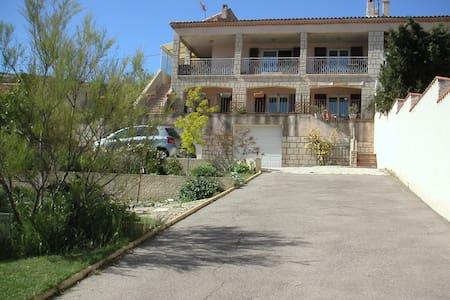 grand appartement terrasse dans villa calme - Le Rove