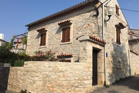 Romantic stone house with WIFI free - Medulin