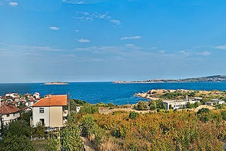 Entire villa with Amazing Views - House