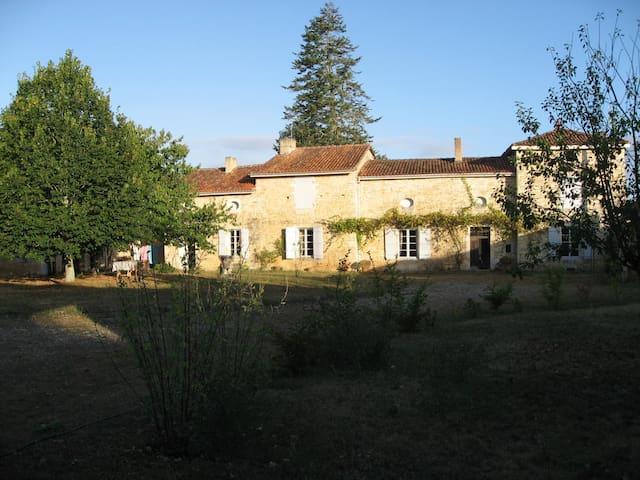 Logis du 17 eme siècle  - Lichères - Huis
