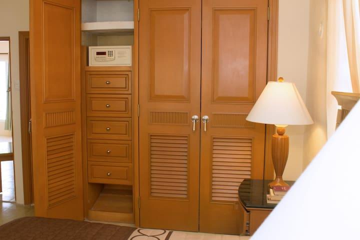 Tu cuarto cuenta con una caja de seguridad dentro del closet.