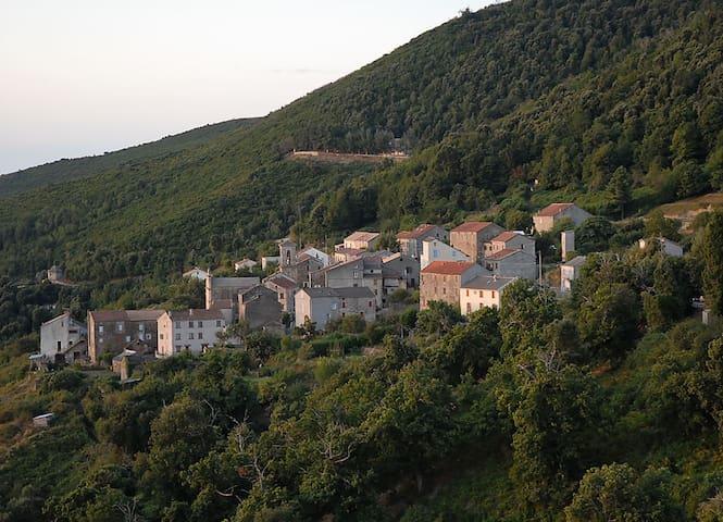 Maison Corse de famille entre mer et montagne