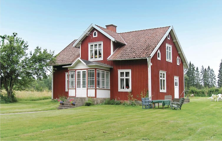 Former farm house with 4 bedrooms on 110 m² in Broakulla