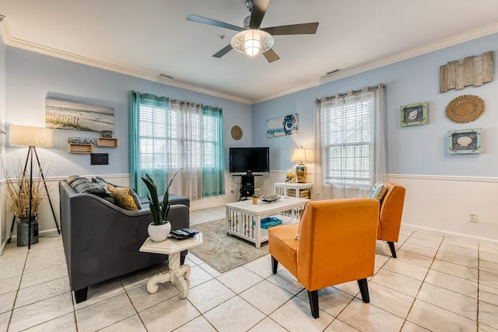 Three-level condo - one block from the beach w/ a bay view & balconies - dogs OK
