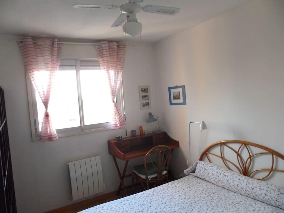 Fenêtre, belle vue ensoleillée + ventilateur de plafond pour l'été.