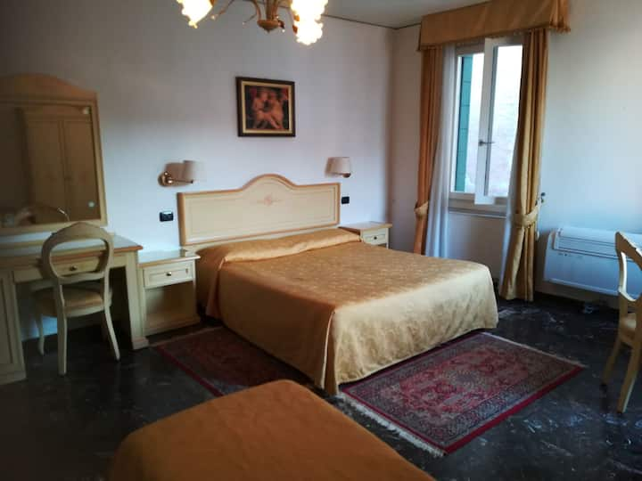 Room for 5-private bathroom- 300 mt from St. Mark