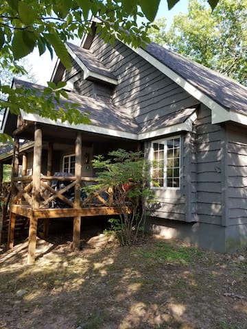 4 Bedroom 3 Bath Pocono Mountain Getaway Sleeps 10 - Blakeslee - Maison de ville