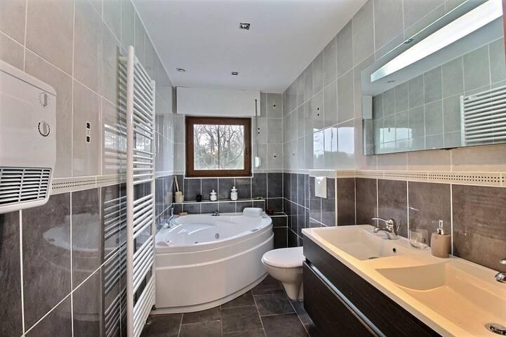 Chambre 1 avec salle de bain baignoire balnéo suite parentale RDC