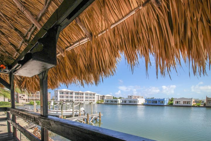 Oceanview condo with shared pool - walk to the beach and dining
