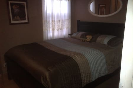 nice room near the water and boat - Sainte-Anne-de-Bellevue