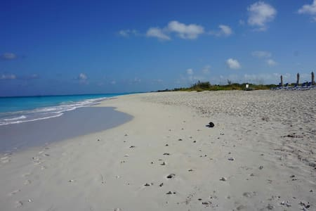 3 BR, 30 Sec. to the Beach, Private - Leeward Settlement - Villa