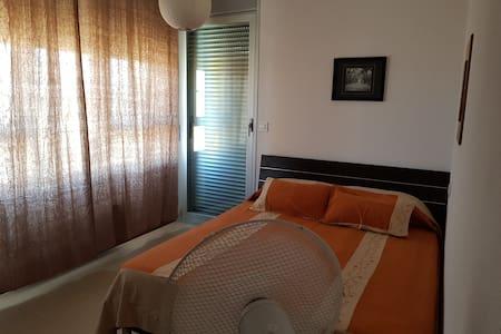 Se alquila 1 habitación, cómoda y luminosa. .