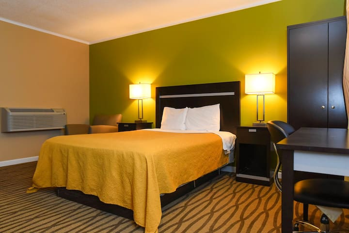 Private Queen Bedroom with Bathroom | Capital Inn