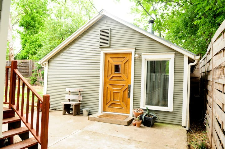 Private Cottage-Near UT/Hyde Park
