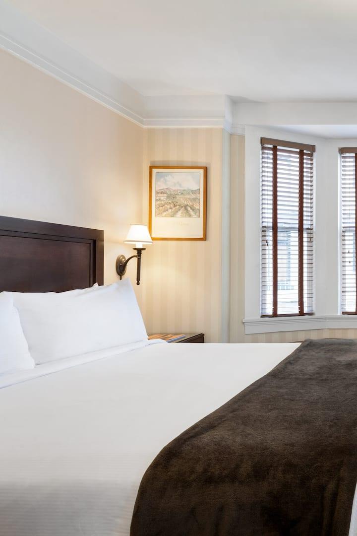 Executive Hotel Vintage Court, Queen Room