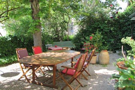 Maison coeur de village 17km d'Aix - Hus