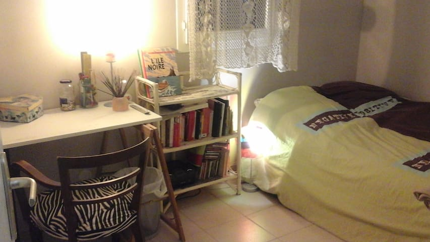 Chambre privative lumineuse dans maison calme