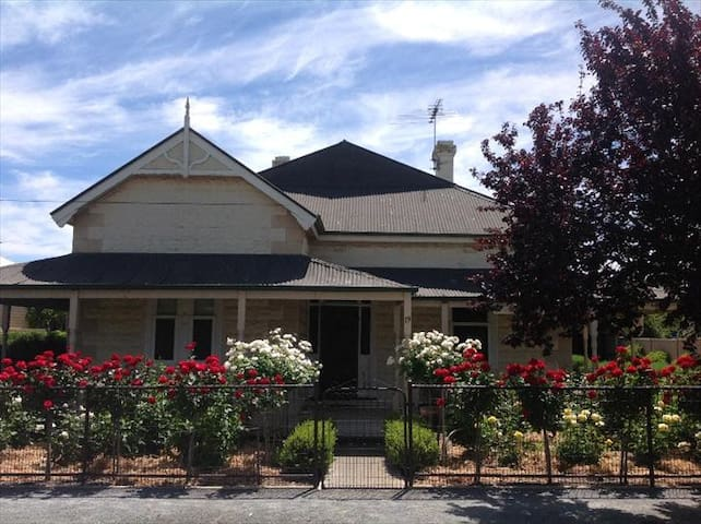 Tin House in Tanunda offers 3 bedrooms 2 bathrooms