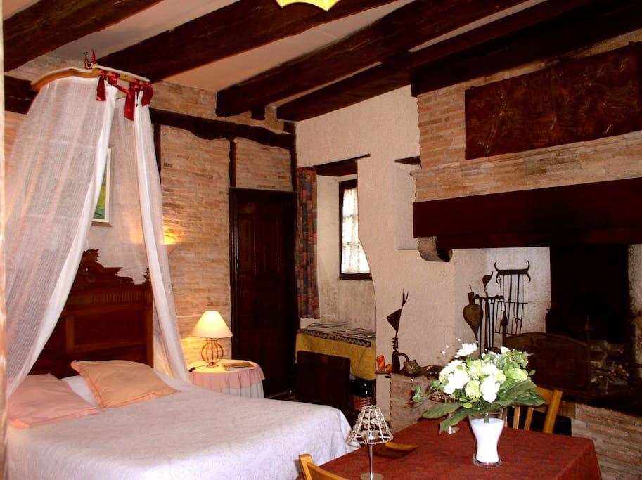 La grande chambre à colombage avec cheminée