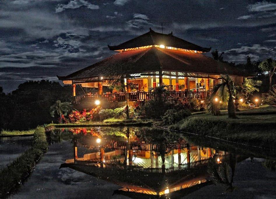 Romantisches Restaurant bei Nacht