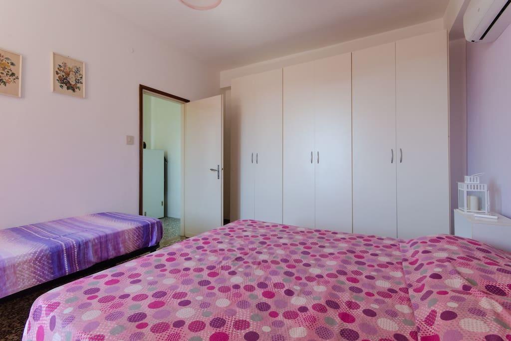 L'ampia camera da letto
