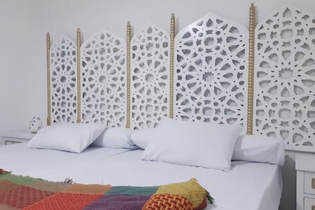 """MAJESTIC PYRAMIDS"" guesthouse with Arabic décor"