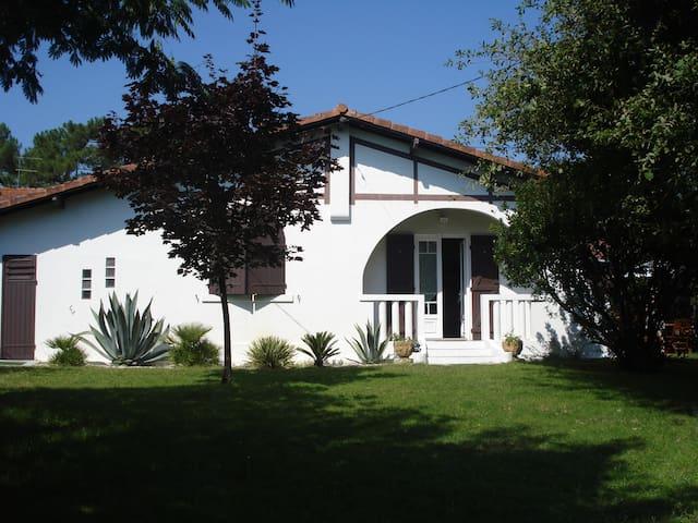Claouey, jolie villa tout confort.
