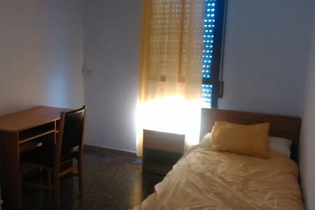 Private room for rent 2-8 March. - Sant Boi de Llobregat - Lägenhet