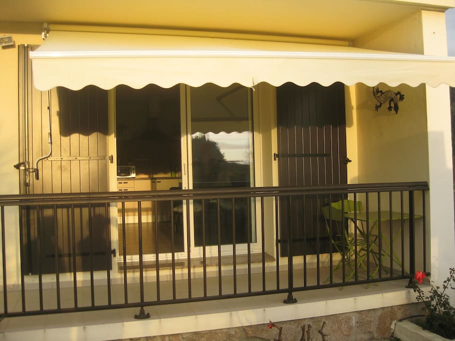 Balcon avec store