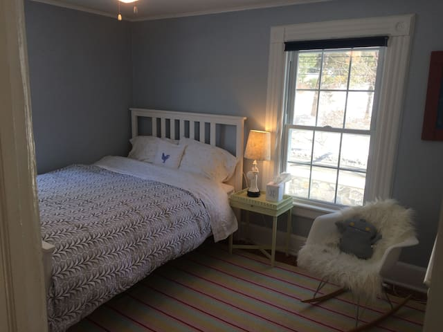 This is the 3rd bedroom on the 2nd floor. Has a double bed. Sleeps 2. It shares the bathroom with the 2nd bedroom on the 2nd floor.