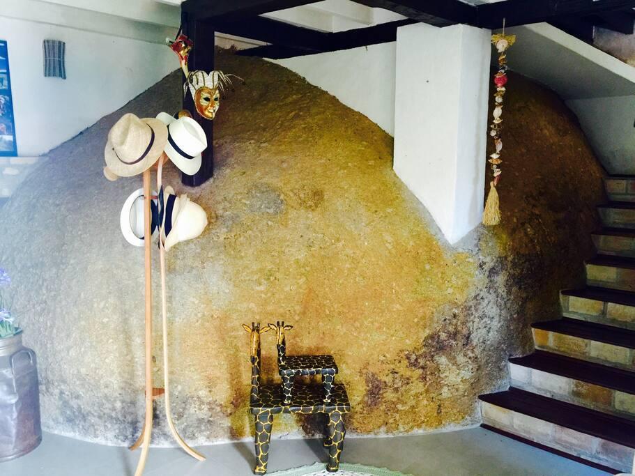 Pedra gigante de granito amarelo, cria um ambiente harmonioso e de tranquilo, perfeito para repor as energias do corpo e da mente.