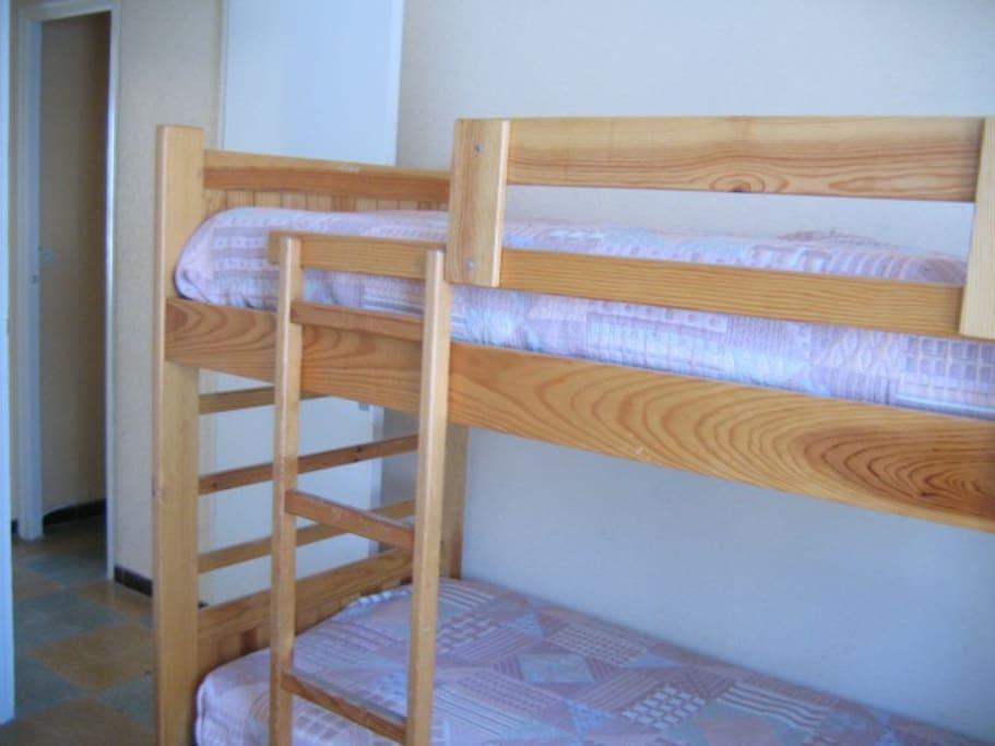 La chambre avec 2 lits superposé et un lit de 120