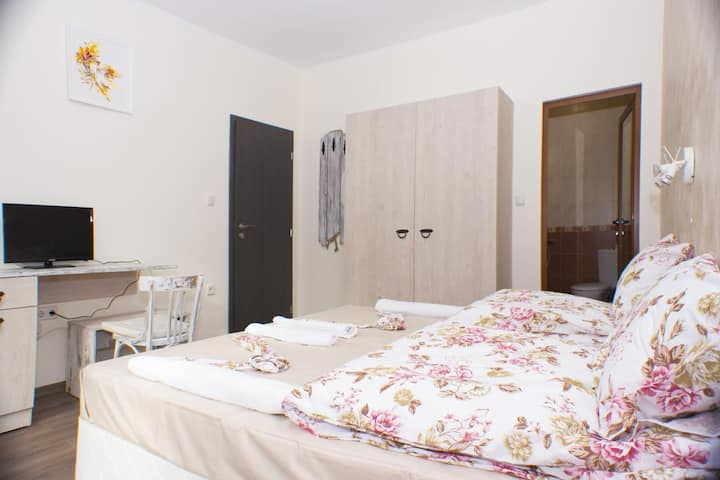 Large twin room, just 10 min walk to Etar