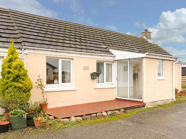 BRAEMAR COTTAGE, pet friendly, with a garden in Tain, Ref 929349