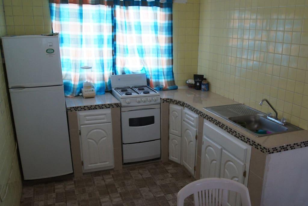 cocina, con utensilios y enseres, estufa, refrigerador y licuadora