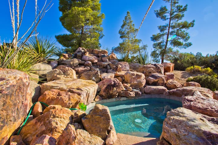 Getaway w/ Hot Tub near Joshua Tree  (ROCKHOUSE) - Yucca Valley - House
