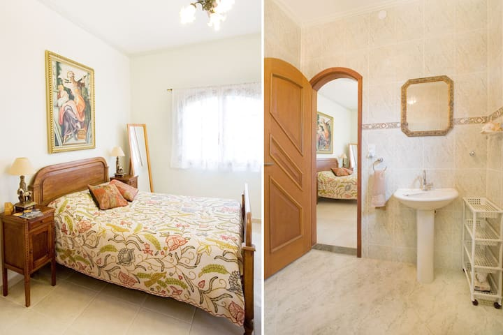 En-suite room, breakfast, 100m from the beach!!