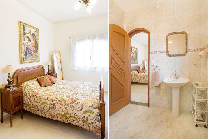 En-suite room, breakfast, 100m from the beach!!