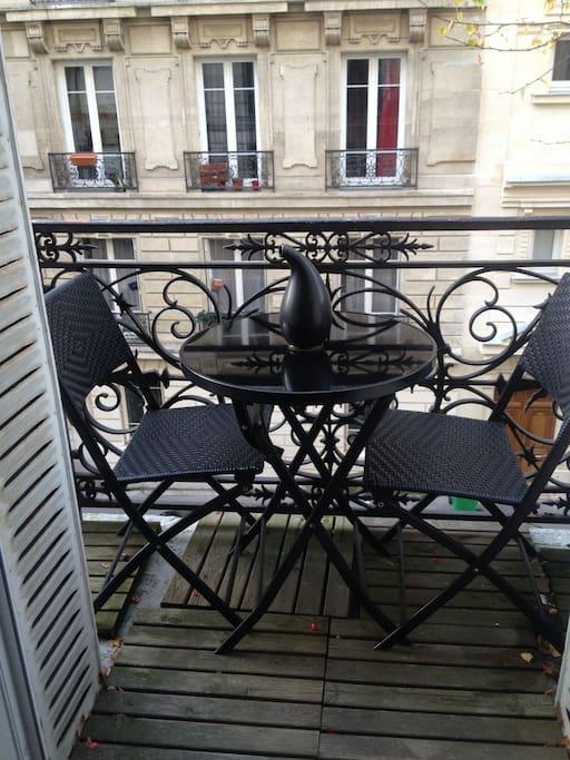 petit balcon table et 2 chaises