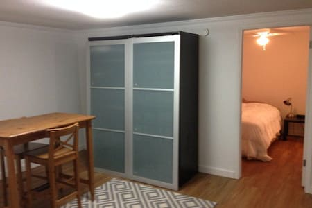 1BD nice clean apt - Walk to ACL!