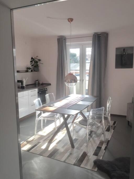Essplatz und Küchenblock mit Durchgang zum Balkon.