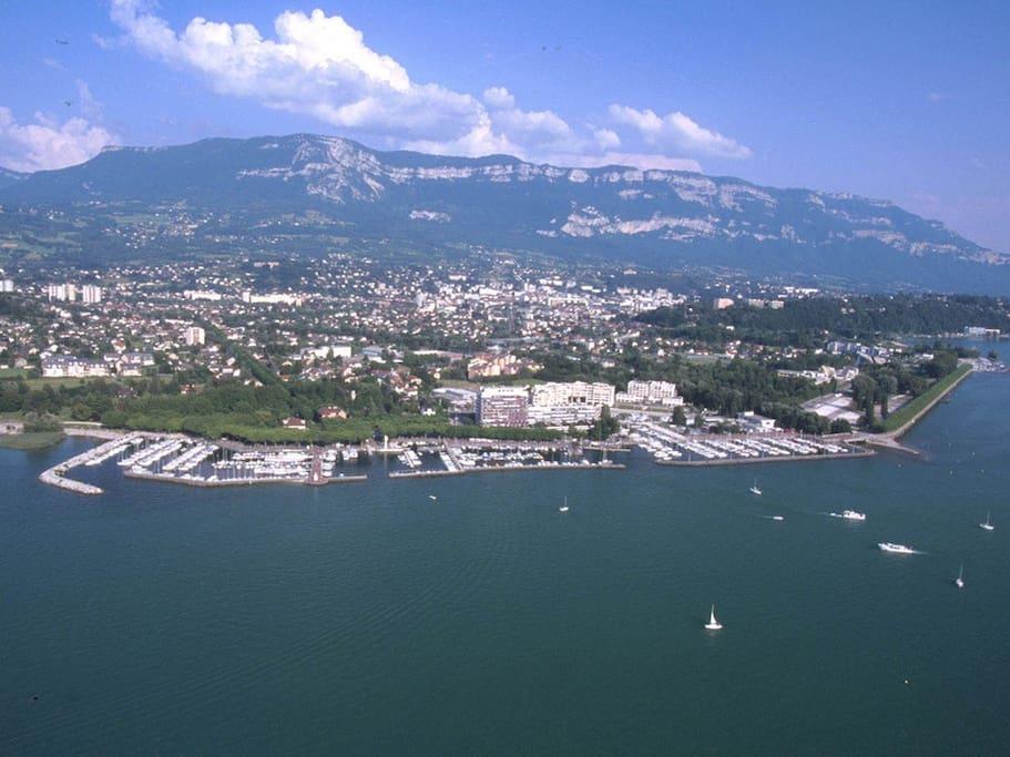 Le Mont Revard (1500 m alt.) et le Lac du Bourget (Le Grand Port à Aix-les-Bains).